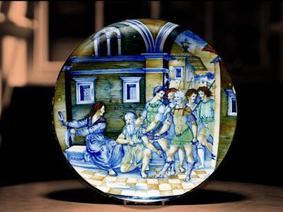 """Nicola da Urbino (Nicola di Gabriele Sbraghe) (attivo dal 1520 al 1538 circa), """"Sansone e Dalila"""". Maiolica, diametro cm 27,2. Edimburgo, Lyon & Turnbull."""